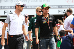 Jenson Button, McLaren y Sergio Pérez, Sahara Force India F1 en el desfile de pilotos