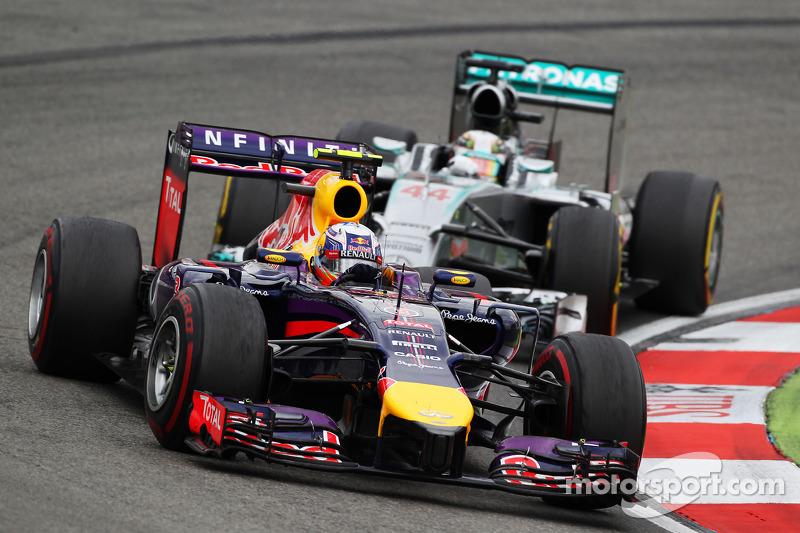 Daniel Ricciardo, Red Bull Racing RB10 Lewis Hamilton'ın önünde, Mercedes AMG F1 W05