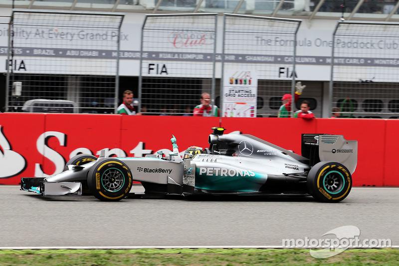 Yarış galibi Nico Rosberg, Mercedes AMG F1 W05 yarışın sonunda damalı bayrağı görüyor ve kutlama yap