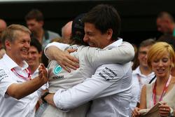 Primeiro lugar: Nico Rosberg, Mercedes AMG F1 W05, com Toto Wolff, sócio e diretor executivo da Mercedes AMG F1
