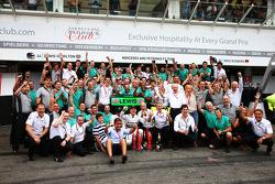 Race winner Nico Rosberg, Mercedes AMG F1 celebrates with the team
