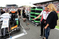 帕特里克·邓普西,演员,和他的妻子Jill Fink,在起步线上看着印度力量F1 VJM07赛车,尼克·胡肯伯格