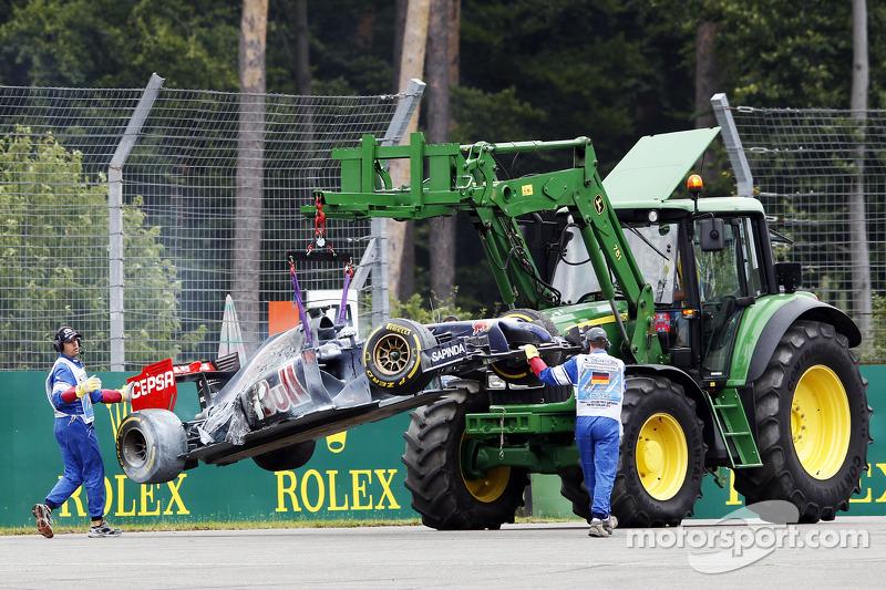 La Scuderia Toro Rosso STR9 di Daniil Kvyat, Scuderia Toro Rosso, incendiata viene rimossa dal circuito