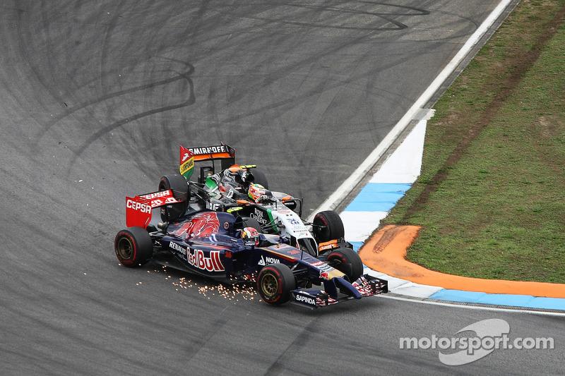 Daniil Kvyat, Scuderia Toro Rosso STR9 y Sergio Pérez, Sahara Force India F1 VJM07 hacen contacto mientras luchan por la posición