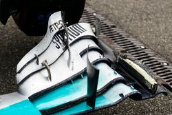 Lewis Hamilton, Mercedes AMG F1 W05 damaged front wing