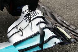 Lewis Hamilton, Mercedes AMG F1 W05 damaged front wing