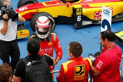 Il vincitore della gara Stefano Coletti festeggia