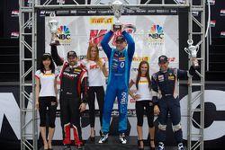 GT-A领奖台:迈克尔·米尔斯(左,第二名),马切罗·哈恩(中,第一名),亨利克·海德曼(右,第三名)