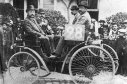 Auguste Doriot (secondo da destra) nella Peugeot 3HP alla Paris-Rouen del 1894 (terzo posto)