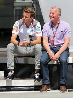 Giedo van der Garde, tercer piloto, Sauber F1 Team y Johnny Herbert
