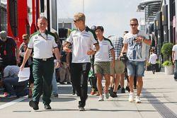 (Da sinistra a destra): Tom Webb, Caterham F1 Team Direttore delle comunicazioni con Marcus Ericsson
