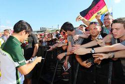 Kamui Kobayashi, Caterham signs autographs for the fans