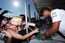 梅赛德斯AMG F1车队车手刘易斯·汉密尔顿为车迷签名