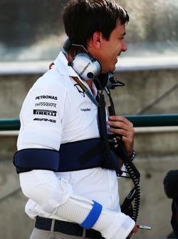 Toto Wolff, Mercedes AMG F1 accionista y Director Ejecutivo, con heridas sufridas en un accidente de