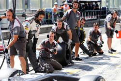 Sauber F1 Team practice a pit stop