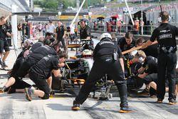 Sergio Perez, Sahara Force India F1 VJM07 practices a pit stop