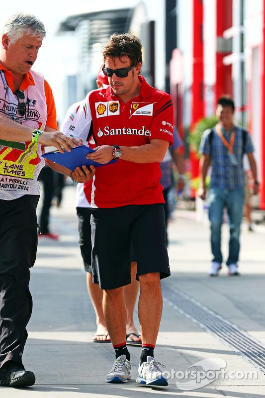 Fernando Alonso, Ferrari taraftarlar için imza dağıtıyor