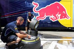 Mecánicos de Red Bull Racing lavan neumáticos Pirelli