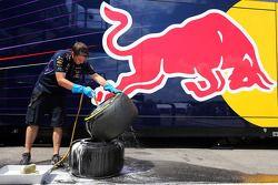 Meccanici della Red Bull Racing che lavano le gomme Pirelli