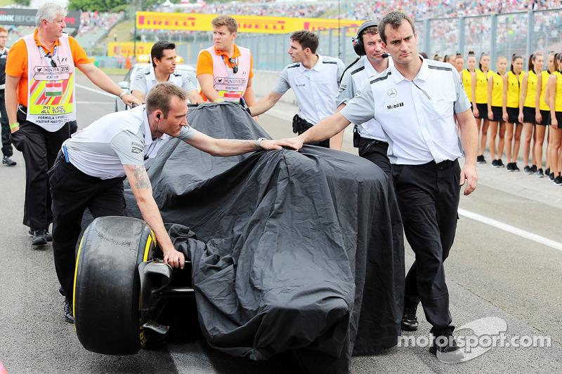 La McLaren MP4-29 di Kevin Magnussen, McLaren viene portata di nuovo ai box dopo l'incidente in qual