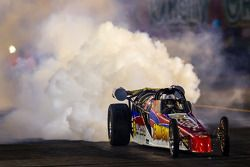 火箭车的浓烟笼罩了索诺马赛车场的夜空