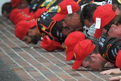 Racewinnaar Ty Dillon kust de brickyard met zijn team