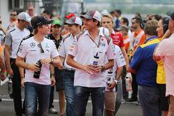 Nico Rosberg, Mercedes AMG F1 y Adrian Sutil, Sauber en el desfile de pilotos