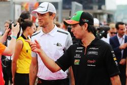 Sergio Perez, Sahara Force India F1 y Jenson Button, McLaren en el desfile de pilotos