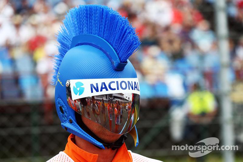 Un marshall con un mohicano Ayrton Senna casco.