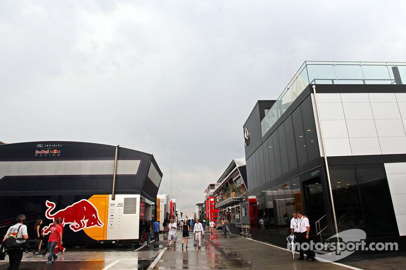 Il paddock dopo una pesante tempesta prima della partenza della gara.