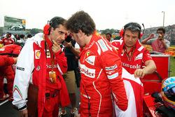Fernando Alonso, Ferrari con Andrea Stella, Ingeniero de carrera de Ferrari en la parrilla