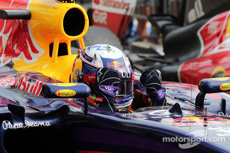 Daniel Ricciardo, Red Bull Racing RB10 kapalı parkta kutlama yapıyor