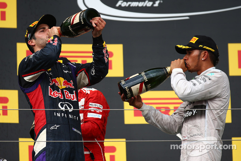 Daniel Ricciardo, Red Bull Racing and Lewis Hamilton, Mercedes AMG F1