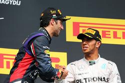 Daniel Ricciardo, Red Bull Racing celebra en el podio con el tercer puesto Lewis Hamilton, Mercedes