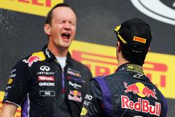 Daniel Ricciardo, Red Bull Racing celebra con champán con Paul Monaghan, Red Bull carreras Ingeniero