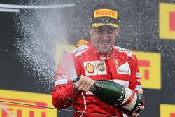 Fernando Alonso, Ferrari celebra su segundo puesto con el champán en el podio