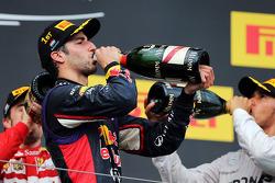 Daniel Ricciardo, Red Bull Racing celebra con champán en el podio