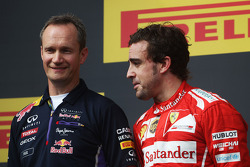 Fernando Alonso, Ferrari en el podio con Paul Monaghan, Red Bull Racing Ingeniero