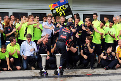 Daniel Ricciardo, Red Bull Racing celebra con el equipo