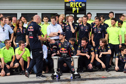 Daniel Ricciardo, Red Bull Racing celebra con Adrian Newey, Red Bull Racing director técnico y el re