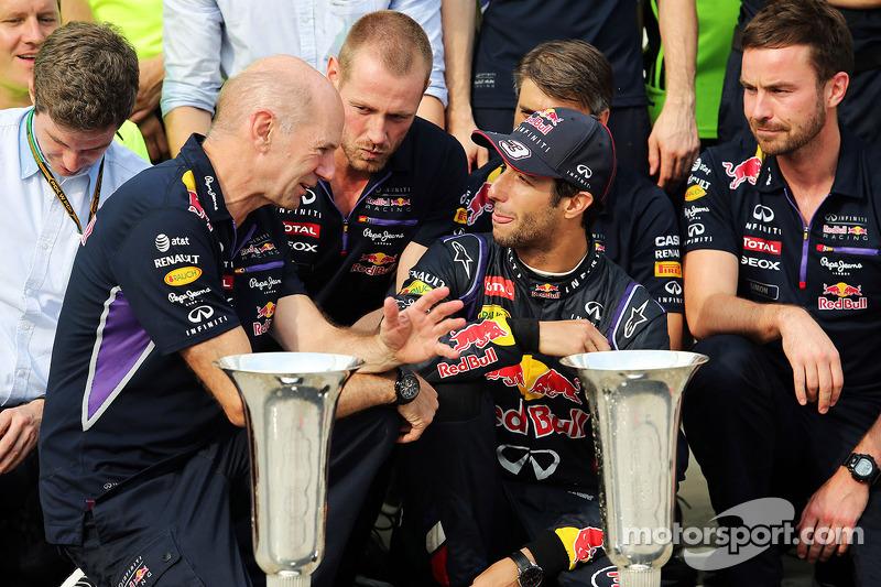 Daniel Ricciardo, Red Bull Racing kutlama yapıyor ve Adrian Newey, Red Bull Racing Baş Teknik Soruml