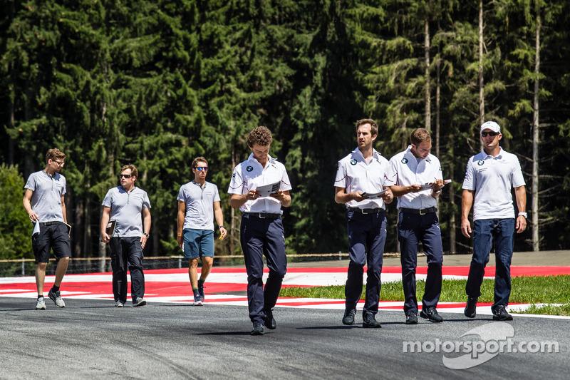 Joey Hand, BMW Team RBM BMW M4 DTM cammina in pista con la sua squadra