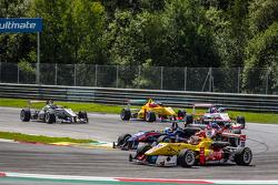 Sean Gelael, Jagonya Ayam和Carlin Dallara F312 大众,和Felix Serrales, Team West-TecF3 Dallara F312梅赛德斯,争