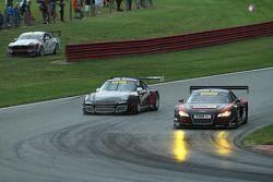 Mike Skeen, Audi R8 et Ryan Dalziel, Porsche 911 GT3 à la lutte pour mener