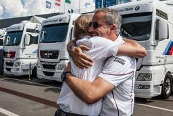 BMW Motorsporları Direktörü Jens Marquardt kutlama yapıyor ve Leopold von Bayern