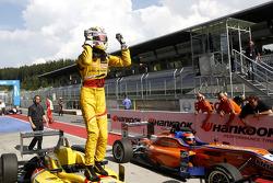 Kazanan Antonio Giovinazzi, Jagonya Ayam ve Carlin Dallara F312 Volkswagen