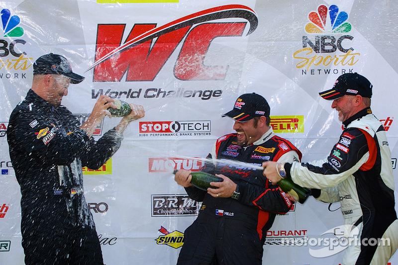 GT-A Sınıfı Kazanan şampanya: Albert v T u Taxis (Sol), Michael Mills (center), Jim Taggart (Sağ)