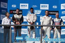 Podium: winnaar Jose Maria Lopez, tweede plaats Norbert Michelisz, derde plaats Yvan Muller
