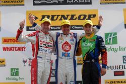 Racewinnaar Jason Plato, tweede plaats Colin Turkington, derde plaats Gordon Shedden