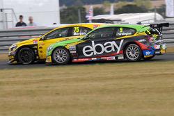 Colin Turkington, eBay Motors, passeert Adam Morgan, Wix Racing